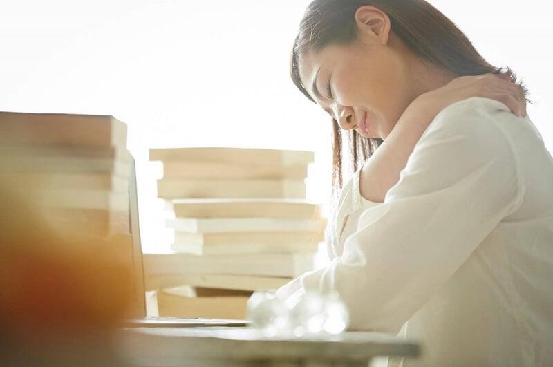 【20代女性Kさん】転職活動をする時間がない!休みも取れず、サービス残業に追われる日々。
